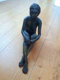 Sculpture femme assisse