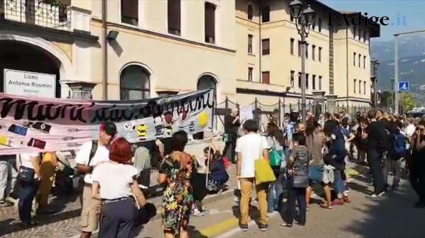 A Rovereto i no Green pass protestano sotto il liceo Rosmini