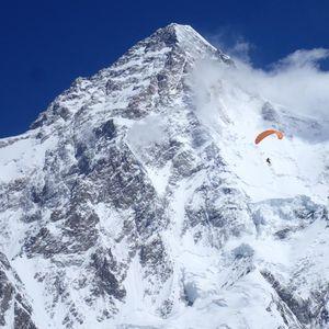 Със ски и парапланер от Каракорум
