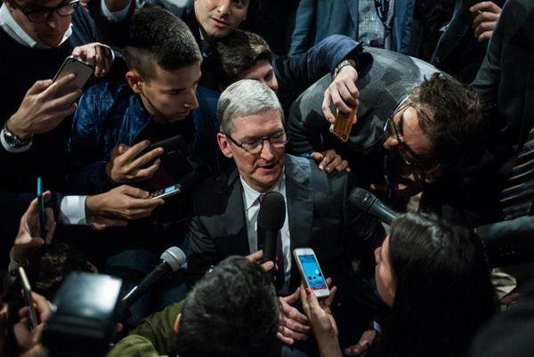 Apple, Tim Cook passa all'incasso. Il Ceo intasca un premio di 750 milioni thumbnail