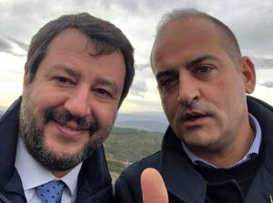 Leo Battaglia lancia in mare mascherine in buste di plastica: è polemica
