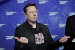 Tesla, occhi puntati sulla guida automatica: titolo vicino ai 715 dollari