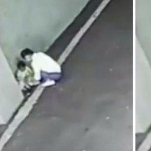 Камерите снимија се: Мајка го остави своето дете на улица и побегна