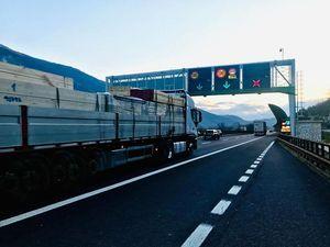 Camion si ribalta sull'A22: traffico in tilt fra Bolzano e Egna