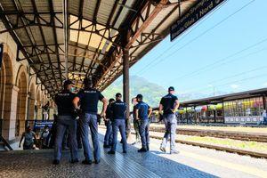 Manifestazione contro il Green pass in stazione a Bolzano: più poliziotti che manifestanti
