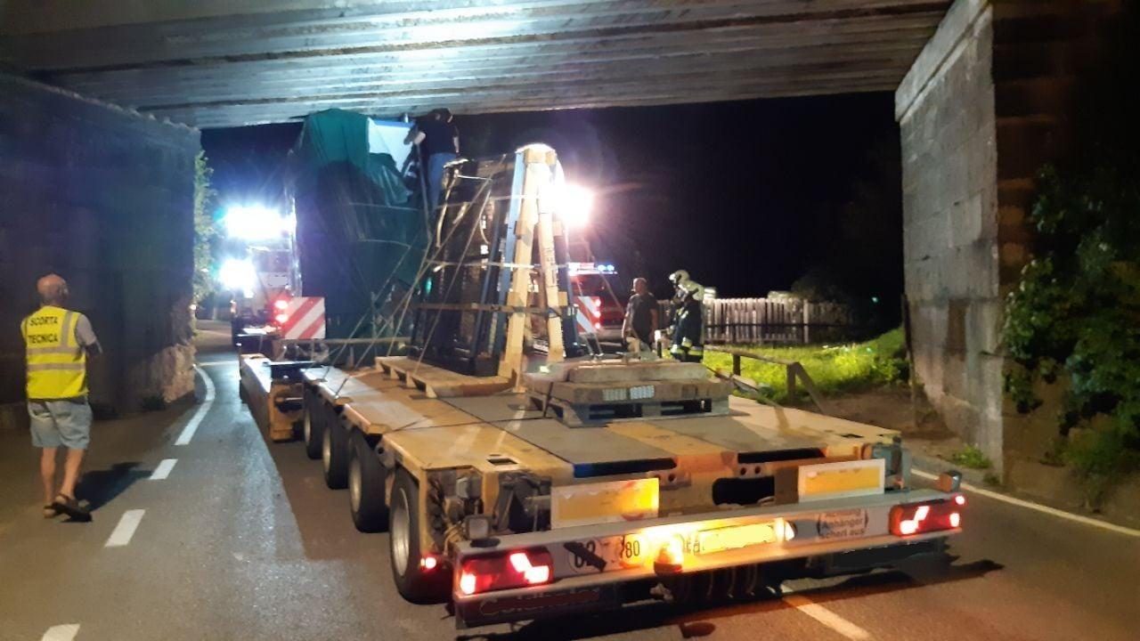 Tir con trasporto eccezionale 500 mila euro bloccato nel sottopasso salvato dai vigili