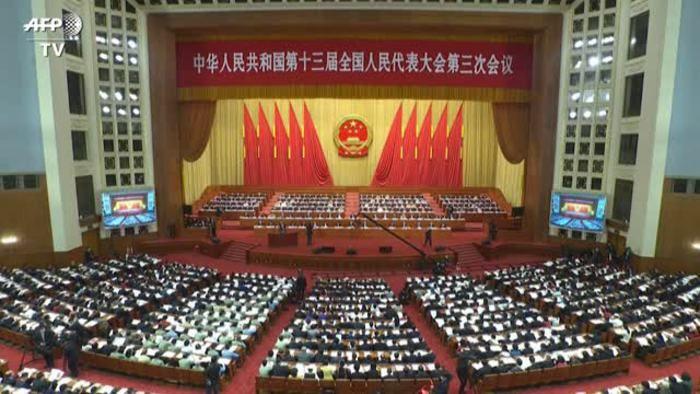 Cina stringe Hong Kong non fissa crescita