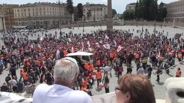 Gilet arancioni piazza Roma Popolo ribellati