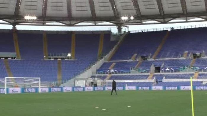 Calcio Lazio CRI insieme sagome dei tifosi nell Olimpico porte chiuse