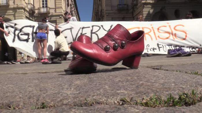 Fridays For Future sotto Comune Torino centinaia scarpe per protestare