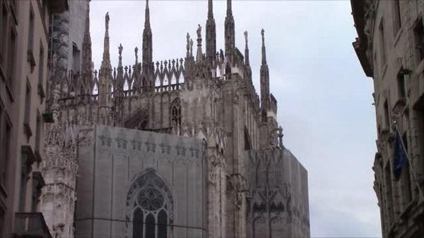 Milano, in zona arancione rafforzato con scuole chiuse e negozi strapieni - Italia