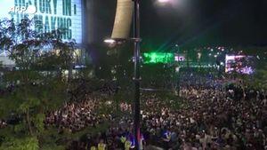 Nba, i tifosi dei Bucks in festa fuori dal Fiserv Forum - Sport