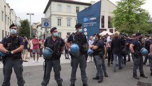 Torino, blitz dei no-vax contro il generale Figliuolo: