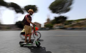 Obbigo del casco e della maggiore età, la stretta sui monopattini all'esame del Parlamento - Politica