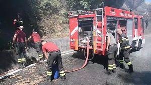 Genova, rogo sulle alture di Voltri: vigili del fuoco in azione - Italia