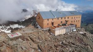 Risplende storico rifugio a 3.200 metri, nuova veste per il Bicchiere - Italia