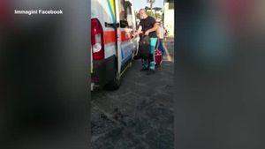 Capri, l'ambulanza diventa un taxi con 7 persone a bordo: il video - Italia