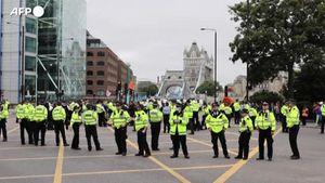 Cambiamenti climatici, attivisti protestano bloccando il Tower Bridge a Londra - Mondo