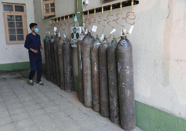 Emergenza Covid in Kashmir, controllo bombole d'ossigeno - Primopiano
