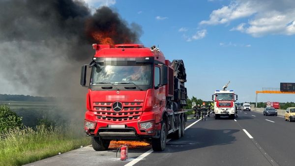 Brand auf der A2: Lkw ging in Flammen auf