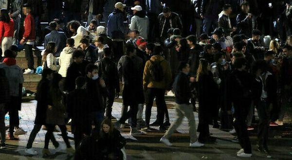 Milano, la Darsena diventa una discoteca. Poi scoppia una rissa tra 20 giovanissimi. Sala: «Le conseguenze cadranno su tutti»