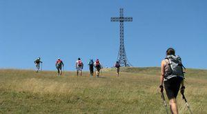 Fino in cima al Monte Catria per sentirsi più liberi, come arrivare alla croce voluta da Papa Leone XIII