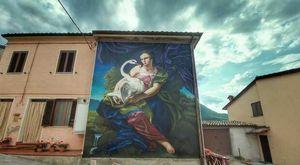 """I murales di Cacciano una meraviglia unica, """"Leda e il cigno"""" è l'ultima opera realizzata dallo jesino Zenobi"""