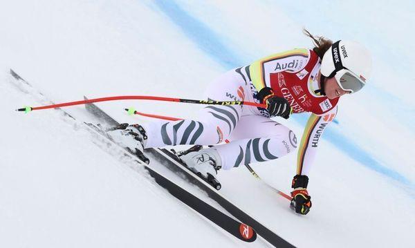 Ski-Ass Weidle bei Abfahrt in Val di Fassa vor Podestplatz