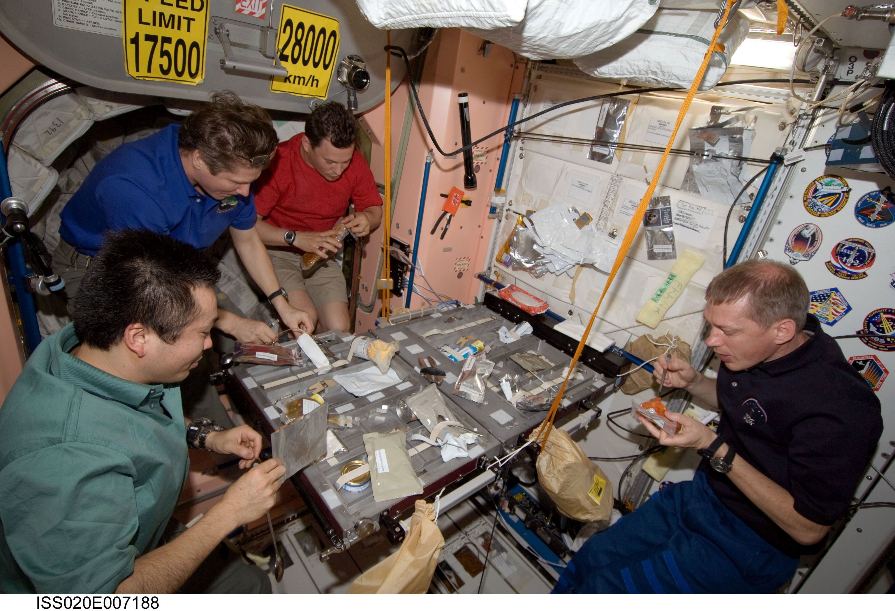 [Image: Expedition_20_crewmembers_share_a_meal_i...module.jpg]