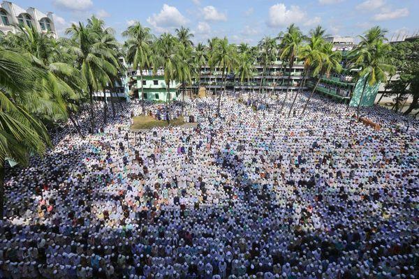 Bangladesh : 150 000 Bangladais aux funérailles d'un chef islamiste qui prônait l'exécution des blogueurs athées - Fdesouche