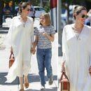 Анџелина Џоли во бел кафтан на прошетка со ќерката ...