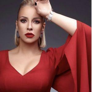 Тамара Тодевска во моќен црвен стајлинг и накит Rebecca ...