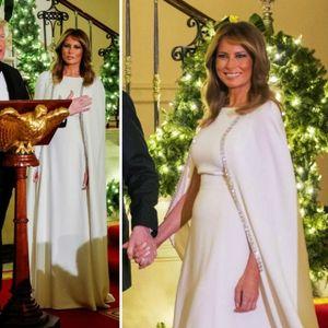 Меланија Трамп во бел фустан со наметка во Белата куќа
