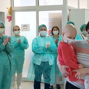 Радосно видео: Доктори и сестри со аплаузи ја ...