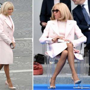 67-годишната Брижит Макрон во нежно розова ...