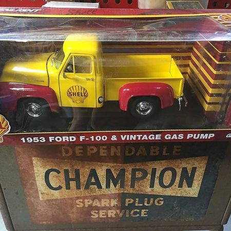 Scale 1:18 Vehicles - 1950 Ford F-100 & Vintage Gas Pump