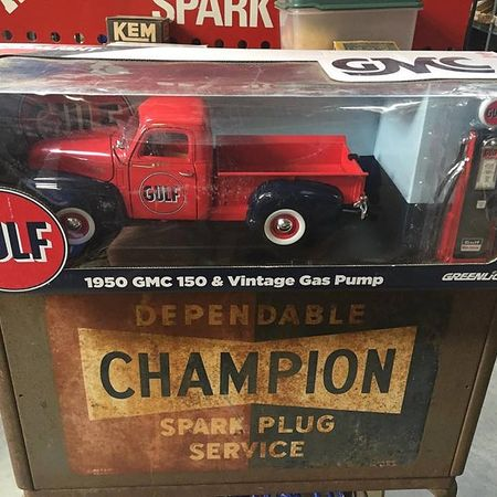 Scale 1:18 Vehicles - 1950 GMC 150 & Vintage pump
