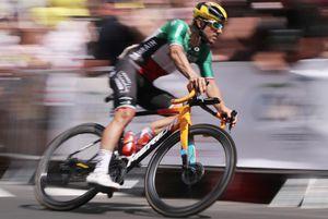 Colbrelli sul podio di Parigi col team nel suo miglior Tour