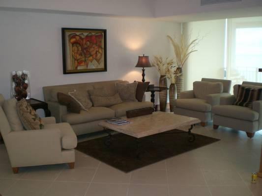 Beautiful and spacious 3 bedroom condo on floor 25th of tower 2000
