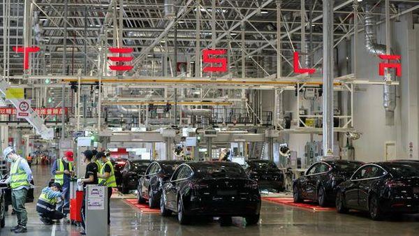 Elektroautopionier:Teslas China-Traum wird von der Realität eingeholt Mäßige Absatzzahlen, Preissenkungen, Batterieprobleme und Strategieschwenk: Hat Tesla-Chef Elon Musk das Potenzial des weltgrößten Automarkts überschätzt?Mehr… Von Dana Heide und Thomas Jahn image