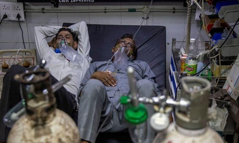 Hindistan'da günlük Covid-19 vaka sayısı üst üste rekor kırdı: İki hasta aynı yatakta tedavi görüyor