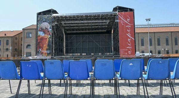 Bufera a Rovigo sul maxi palco del teatro estivo: Costa troppo, 51mila euro