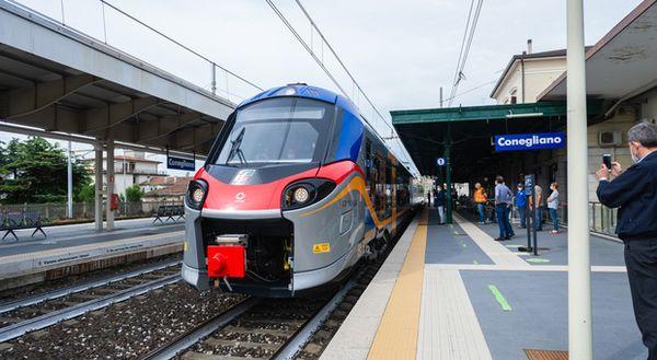 Imbrattato il primo treno elettrico, furia Zaia: «Fuori i colpevoli»