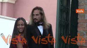 Venezia 78, Zoe Saldana in abito rosso firmato Dolce & Gabbana con il marito Marco Perego