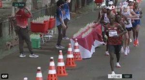 Tokyo 2020, il maratoneta francese Amdouni butta a terra di proposito le bottigliette d'acqua degli avversari VIDEO