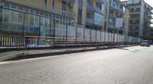 Marano, auto a folle velocità fa strike di paletti sul marciapiede