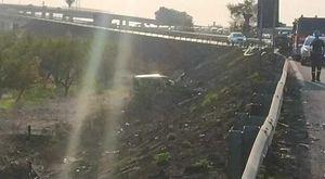 Napoli, incidente sull'asse mediano: furgone sbanda e finisce nella scarpata