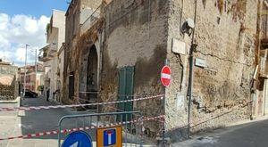 Caivano, palazzo a rischio crollo: famiglia evacuata e strada chiusa al traffico