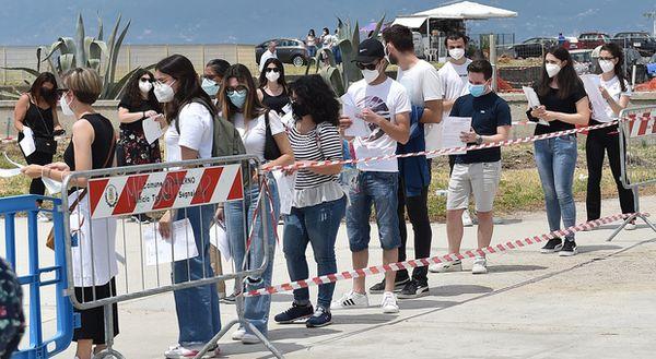 Salerno, i vaccini finiscono: ore di attesa al sole, caos nella postazione mobile