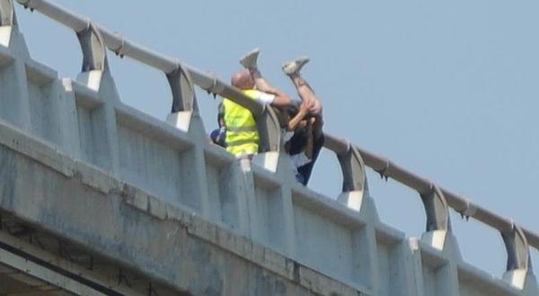 Ragazzo minaccia di buttarsi dal viadotto: nessuna spiegazione ai soccorritori